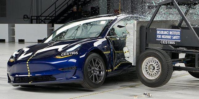 Tesla Model 3 güvenlik testinden ödülle ayrıldı!